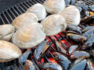 Grilled clams and mussles, photo from: bbqbackyard.com